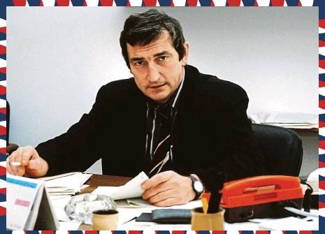 ?? FOTO ČTK ?? Poradce prezidenta republiky Václava Havla Jiří Křižan ve své pracovně (říjen 1991)