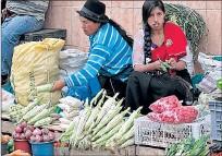 ?? YADIRA YLLESCAS / EXPRESO ?? Venta. Las mujeres andinas expenden los frutos de la Pachamama.