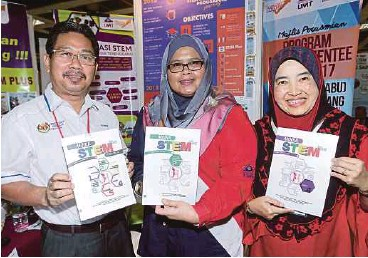 ??  ?? (From left) Terengganu Education State Department academia management sector head Azman Othman, Laili Che Rose and UMT's English language centre deputy director Rosyati Abdul Rashid.