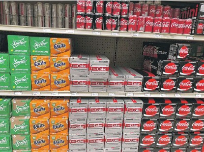 ?? NEIL STEIN­BERG/SUN-TIMES ?? What's wrong with this pic­ture? No Fresca. In the soft drink aisle at Sun­set Foods in North­brook, Fresca has been miss­ing for three months. Coke couldn't really say why.