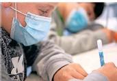 ?? FOTO: SEBASTIAN GOLLNOW/DPA ?? Ab zwölf Jahren können Kinder und Jugendliche geimpft werden. Derzeit gibt es in den Schulen viele Infektionen.