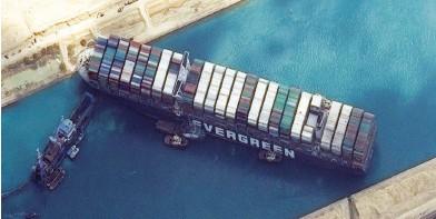 """??  ?? صورة جوية للسفينة """"إيفر غيفن"""" وهي تغلق قناة السويس مؤخراً - )أرشيفية("""