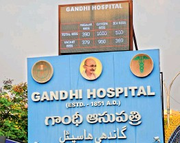 ?? — DEEPAK DESHPANDE ?? A display board atop the Gandhi Hospital's name board suggests 960 out of 1,000 beds with oxygen supply were vacant, while 369 beds out of 500 in ICU were available on Friday morning. However, by the evening, the hospital authorities declared that beds with ventolators and CPAP machines were full.