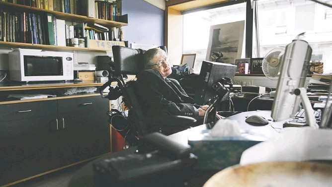 ?? LEON NEAL/AGENCE FRANCE-PRESSE/GETTY IMAGES ?? Stephen Hawking, pictured in 2007, had planned a book drawn from his personal archives. After his death, friends and colleagues finished it for him.