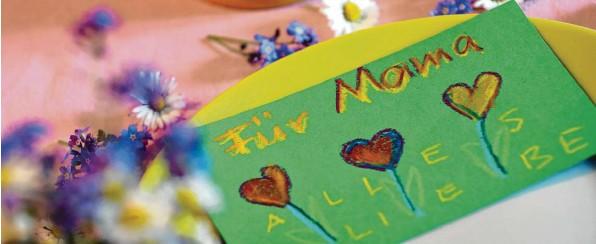 ?? Foto: Karl‰Josef Hildenbrand, dpa (Symbol) ?? Eine persönliche Karte: Bei vielen Mamas steht sie nach wie vor hoch im Kurs.