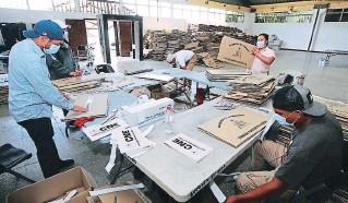 ?? FOTO: DAVID ROMERO ?? En las bodegas que tiene el Consejo Nacional Electoral (CNE) hay todo un movimiento de armado de más de 23 mil maletas que serán completadas con las papeletas.