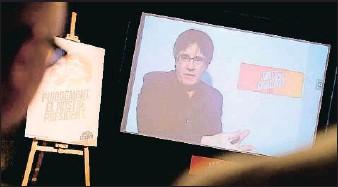 ?? PAU BARRENA / AFP Videopresencia ?? El candidato Carles Puigdemont participó ayer, por videoconferencia, en la inauguración de la sede central de campaña de Junts per Catalunya, en el barrio barcelonés de Gràcia
