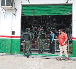 ?? FOTO: EL HERALDO ?? El asesinato de Óscar Tróchez se produjo en el interior de una tienda de repuestos de motocicleta en la 12 calle de San Pedro Sula.