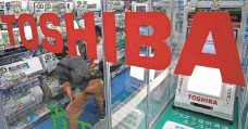 ?? SHIZUO KAMBAYASHI, AP ?? The struggles of Toshiba and its Japanese peers is another blow to Japan's economy, analysts say.