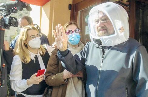 ??  ?? Il casco Il fondatore e garante del Movimento 5 Stelle Beppe Grillo, 72 anni, si presenta all'Hotel Forum di Roma con un casco da astronauta in plastica