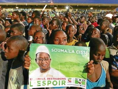 ??  ?? Soumaïla Cissé a tenu meeting, vendredi, devant 10 000 de ses partisans rassemblés dans le stade Baréma Bocoum, à Mopti.Photo miste au Nord-Mali. Pourtant, depuis l'offensive victorieuse des troupes franco-africaines de l'opération Serval lancée depuis...