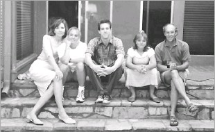 ??  ?? O'Rourke (center) posed for a family photo at his boyhood home in central El Paso before his father, Pat (right), died in 2001. Included were O'Rourke's mother, Melissa (left), and sisters Charlotte and Erin.
