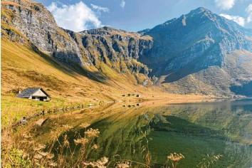 ?? Fotos: Nicole Prestle ?? Idyll mit See: Die Alpe Piora ist ein außergewöhnliches Stück Tessin. Hier auf 2000 Meter Höhe reifen Schinken und Käse beson‰ ders gut. Weil hier 1600 Pflanzenarten wachsen, ist die auch ein Pilgerort für Botaniker.