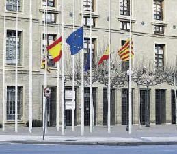 ?? JAIME GALINDO ?? Banderas a media asta en la entrada de la sede del Gobierno aragonés.