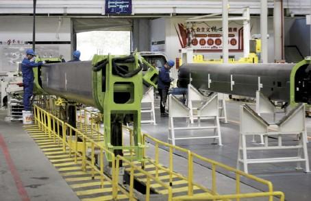 ??  ?? 国家统计局数据显示,2021年 1-4月,工业生产者出厂价格比去年同期上涨3.3%,工业生产者购进价格上涨4.3%。图 / 中新社