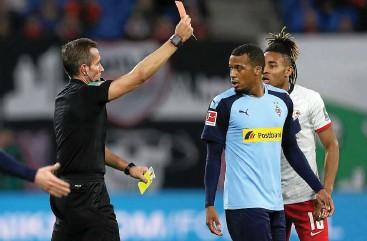 ?? FOTO: GETTY IMAGES ?? Gladbachs Alassane Plea sieht von Schiedsrichter Tobias Stieler (links) die Gelb-Rote Karte.