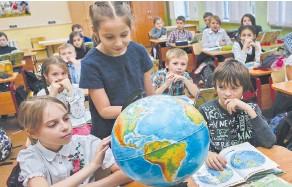 ??  ?? Четвероклассники изучают окружающий мир.