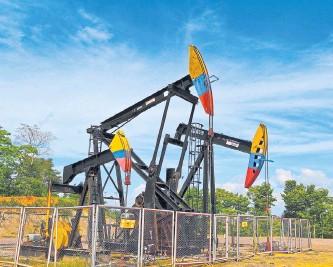 ??  ?? Con el desarrollo de los YNC a través del 'fracking', la producción de crudo nacional ascendería. Archivo