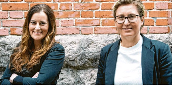 ?? Foto: Bernd von Jutrczenka, dpa ?? Die 39‰jährige Hessin Janine Wissler (links) und die 43‰jährige Thüringerin Susanne Hennig‰wellsow sind seit Ende Februar die beiden Bundesvorsitzenden der Linken.