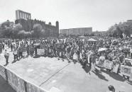 ??  ?? Fueron cientos de personas las que se congregaron para honrar a las víctimas.