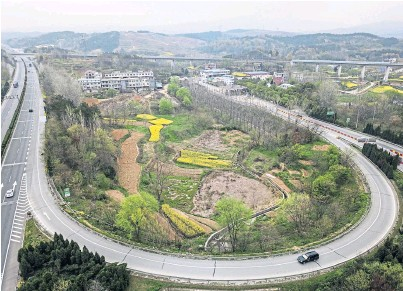 ??  ?? An almost-deserted junction in Xiaogan, in China's Hubei Province, where some travel restrictions are now lifted