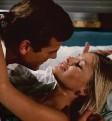 ?? Foto: Bob Penn ?? Bond (R. Moore) und Mary Goodnight (B. Ekland).