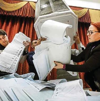 ?? Fotos: AFP ?? In einem Moskauer Wahlbüro werden die Stimmen ausgezählt.