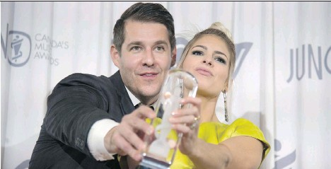 ?? JONATHAN HAYWARD/THE CANADIAN PRESS ?? Dear Rouge's Drew and Danielle McTaggart celebrate their Juno for Breakthrough Group of the Year.