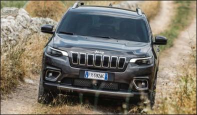 ??  ?? Le Cherokee offre un style très original qui intrigue au minimum. 46 950 € 195 ch CO2 : 175 g/km Jeep Cherokee 4x4 2.2 MultiJet 195 ch Limited BA