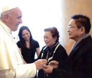 ??  ?? POPE Francis greets Boy and Merle Cunanan and their daughter Isabel.
