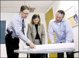 ?? DUANE PROKOP/ LASVEGAS REVIEW-JOURNAL ?? Lt. Robert DuVall, left, of the Las Vegas police financial crimes unit; Tracy Dockery, FBI supervisory special agent of organized crime/drugs; and Lt. Dave Logue, of the Las Vegas criminal intelligence unit, head a task force targeting Eurasian crime...