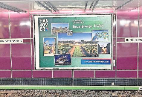 """?? FOTO: NIKLAS JANDT ?? """"Aufregend unaufgeregt""""am Hamburger Jungfernstieg: So präsentiert Hannovers Marketinggesellschaft HMTG die Urlaubsregion auf Plakatwänden in anderen Städten."""
