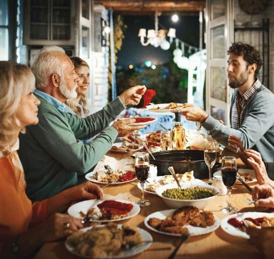 ?? FOTO GETTY IMAGES ?? Het blijft afwachten of we de eindejaarsfeesten samen kunnen vieren met onze familie.