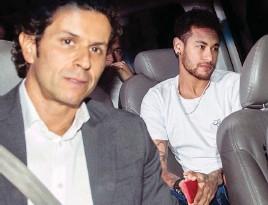 ??  ?? Neymar, le 2 mars à Belo Horizonte avec Rodrigo Lasmar, le médecin de la Seleçao, qui l'a opéré.