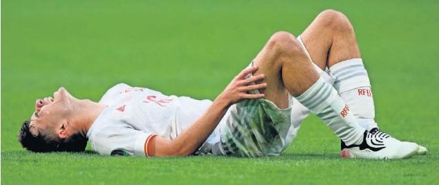 ??  ?? Pedri se queja de un golpe durante un partido con la Selección española en la Eurocopa.