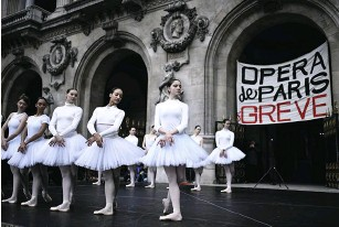 ??  ?? Le 24 décembre 2019, pour protester contre la réforme des retraites, des danseuses interprètent un extrait du Lac des cygnes sur le parvis de Garnier.