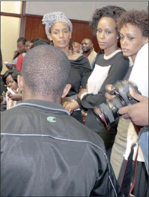 ?? PICTURE: PURI DEVJEE ?? ANGER: Nhlanhla Gasa's ex-wife, S'nenhlanhla, and their daughters, Mbali Ngqula and Noni Gasa, watch as Mbulelo Arthur Ntlauzana, the man who killed the businessman, walks down to the cells.