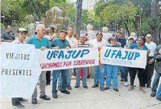 """?? CORTESÍA LUIS CANO ?? """"Queremos respeto, no queremos petros"""" y """"Respeto a los pensionados, nos sentimos robados"""" corearon adultos mayores frente al Ministerio Público"""