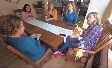 ?? MARK HOFFMAN / MILWAUKEE JOURNAL SENTINEL ?? Democratic state Rep. Robyn Vining, right, on Wednesday talks to five Wauwatosa women who support her re-election about issues they want to see in focus during the 2020 presidential race. Clockwise from foreground are Nydia Mauras-Jones, Sarah Plamann (partially obscured), Sunny Iwanski, Elizabeth Neupauer and Joanna Bueller.