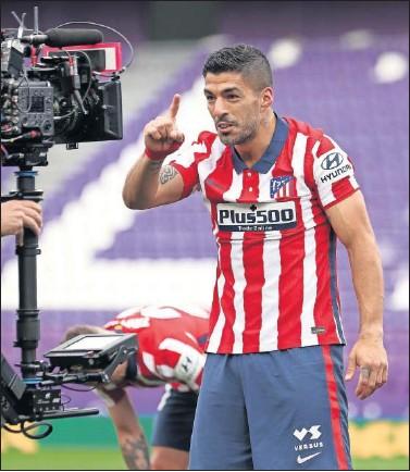 ??  ?? Suárez celebra la victoria del Atlético en Valladolid la temporada pasada, que proclamó al equipo campeón.