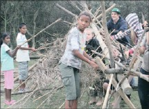??  ?? Children taking part in a survival weekend hosted by Ezemvelo KZN Wildlife attempt to build a waterproof shelter.