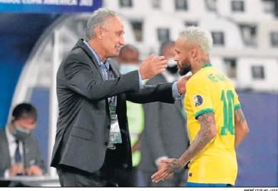 ?? ANDRÉ COELHO / EFE ?? Tite, seleccionador de Brasil, se dispone a abrazar a Neymar tras marcar el delantero ante Perú.