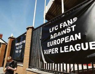?? Carl Recine/reuters ?? Além de federações e jogadores, os torcedores também não gostaram da ideia da Superliga, como este do Liverpool, que afixou faixas no estádio Anfield