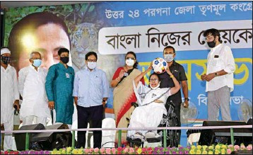 ?? PIC/AMIT DATTA ?? Mamata Banerjee address a rally after the 24 hour ban was over, in Barasat, on Tuesday