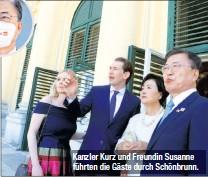 ??  ?? Kanzler Kurz und Freundin Susanne führten die Gäste durch Schönbrunn.
