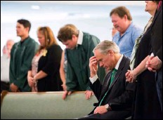 ??  ?? The Texas Gov. Greg Abbott joins a congregation in prayer on Sunday, May 20 at the Arcadia First Baptist Church, after a school shooting at Santa Fe High School. MarIe D. De Jesus/housTon ChronICle VIa aP