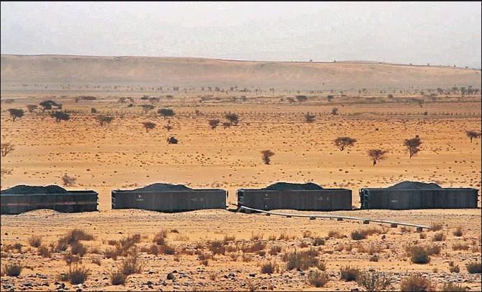 ?? XAVIER ALDEKOA. ?? El tren que une las montañas negras de hierro del Sáhara con el puerto de Nuadibú, capital comercial mauritana, es clave para la economía del país
