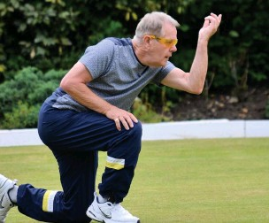 ??  ?? ●●Vice captain of Bramhall Queensgate, Dave Beaumont, bowls off at home for his team
