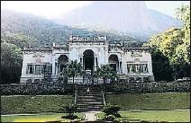 ??  ?? La muestra suspendida podría llevarse a este caserón renacentista en el parque Lage de Rio de Janeiro.