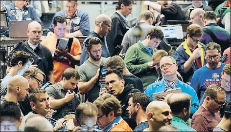 ?? KIICHIRO SATO / AP ?? Els inversors negociant ahir a Chicago per primera vegada els contractes a termini sobre el preu del bitcoin
